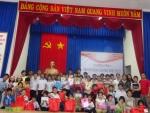 Tổ chức trao quà Giáng Sinh cho trẻ em nghèo